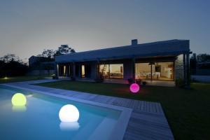 Amaled - Bolas ILAR sobre jardín y piscina