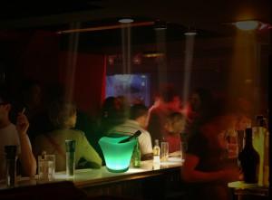 Amaled - Cubitera KABER sobre barra de bar